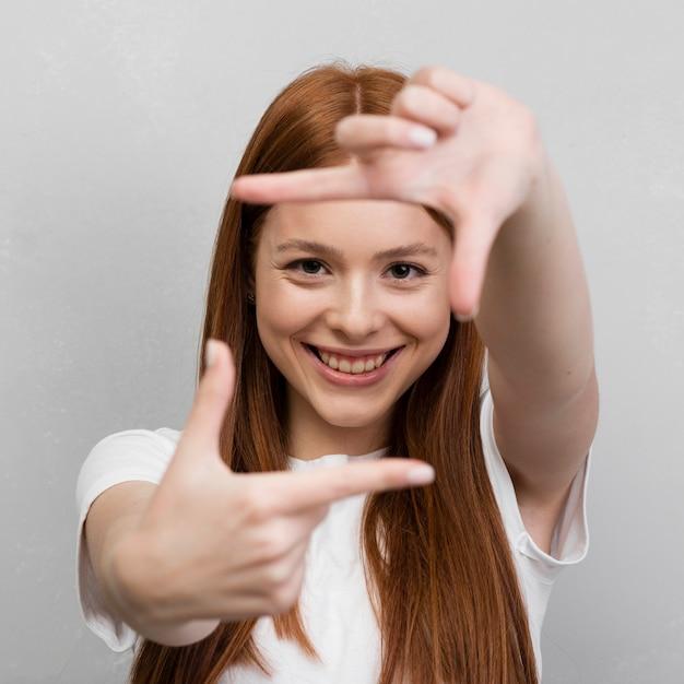 Donna che fa quadrato con le mani Foto Gratuite