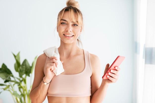 Donna che fa sport a casa Foto Gratuite