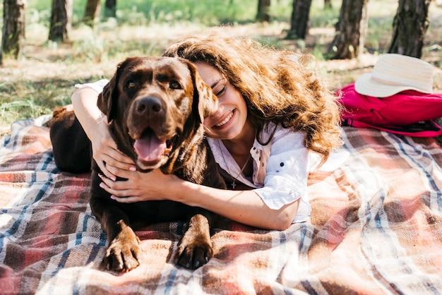 Donna che fa un picnic con il suo cane Foto Gratuite