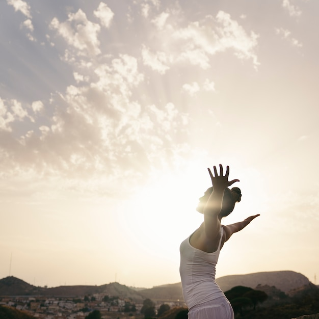 Donna che fa yoga e allunga il suo corpo Foto Gratuite