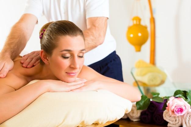 Donna che gode del massaggio alla schiena benessere Foto Premium