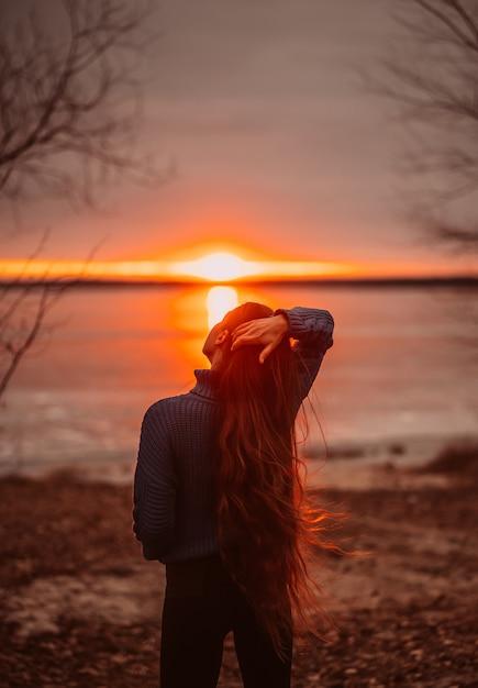 Donna che gode del tempo di relax sul bellissimo lago all'alba Foto Gratuite