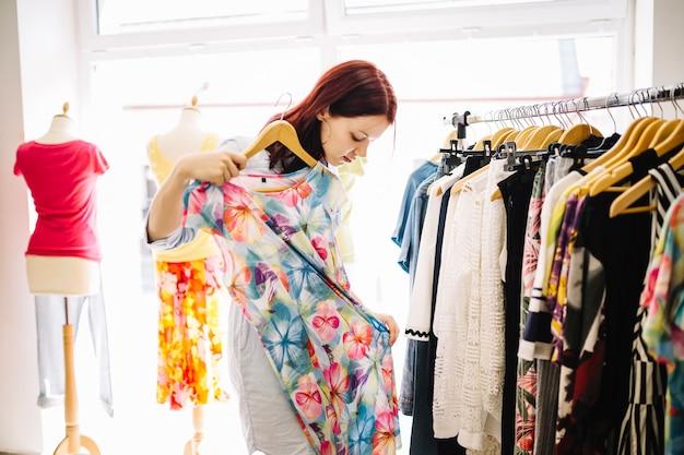 Donna che guarda abito floreale Foto Gratuite