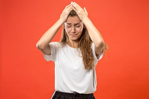 Donna che ha mal di testa. isolato su pastello. Foto Gratuite