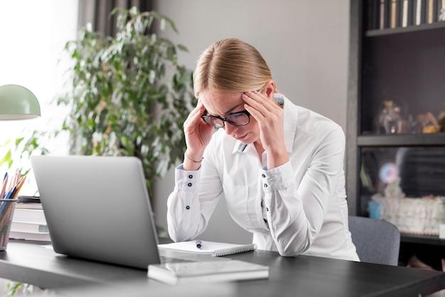 Donna che ha mal di testa prima della lezione Foto Gratuite
