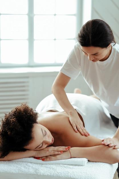 Donna che ha massaggio schiena e spalle Foto Gratuite