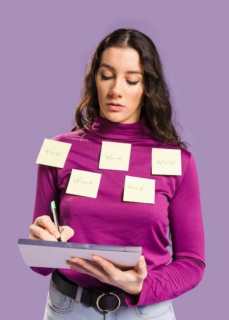 Donna che ha note appiccicose sulla sua camicetta Foto Gratuite