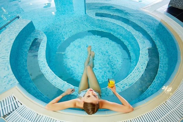Donna che ha un grande giorno nella vasca idromassaggio Foto Gratuite