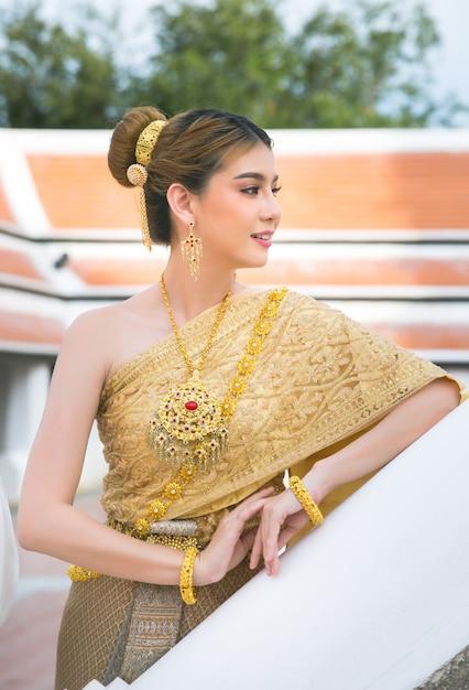 Donna che indossa il tipico abito thailandese Foto Gratuite