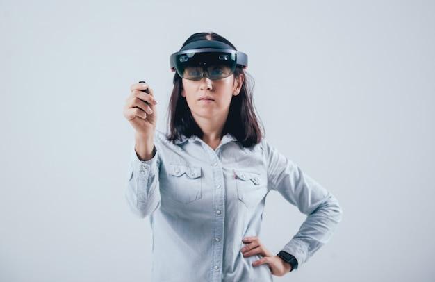 Donna che indossa occhiali di realtà aumentata. Foto Premium