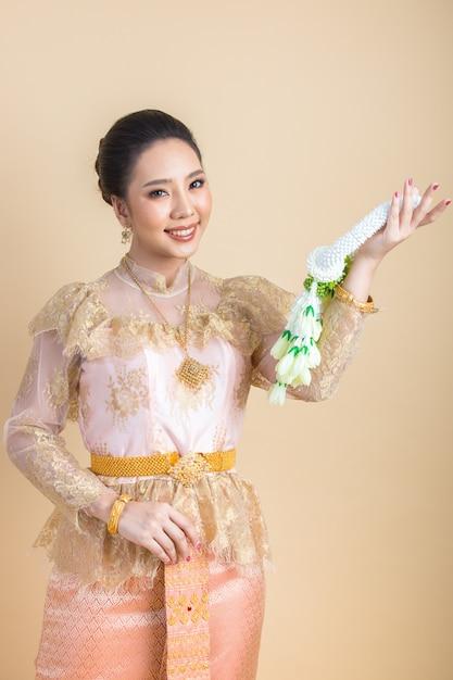 Donna che indossa un antico abito thailandese Foto Gratuite