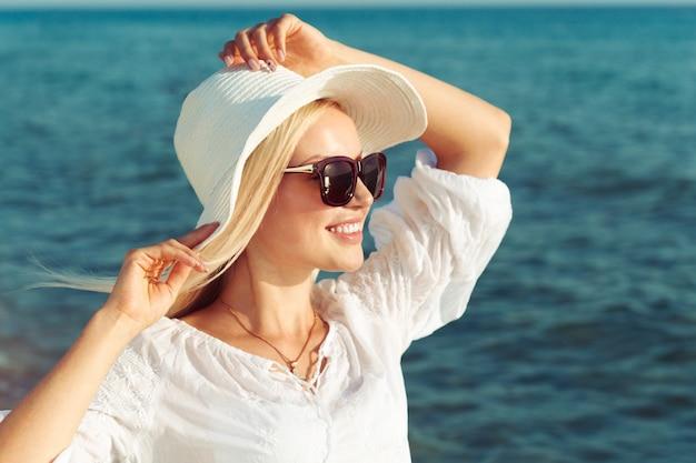 Donna che indossa un cappello di paglia Foto Premium