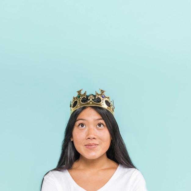 Donna che indossa una corona con spazio di copia Foto Gratuite