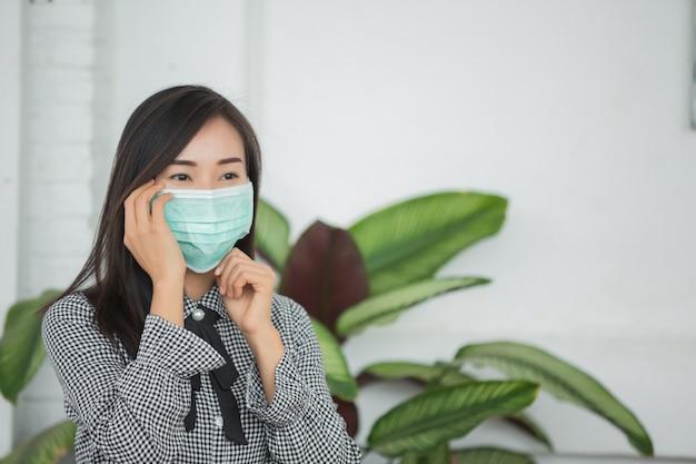 Donna che indossa una maschera protettiva Foto Gratuite