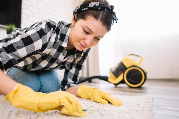 Donna che lava il tappeto Foto Gratuite