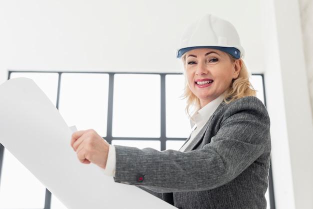 Donna che lavora a basso angolo Foto Gratuite