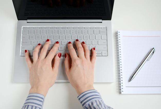 Donna che lavora ad un computer portatile in ufficio Foto Premium