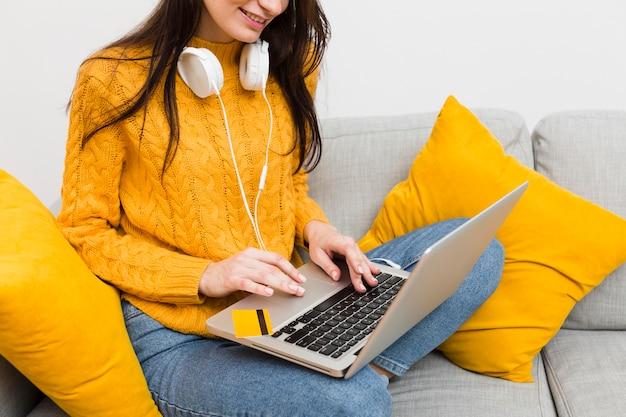 Donna che lavora al computer portatile mentre indossa le cuffie Foto Gratuite