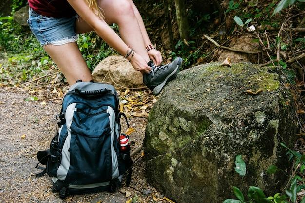 Donna che lega le scarpe Foto Gratuite