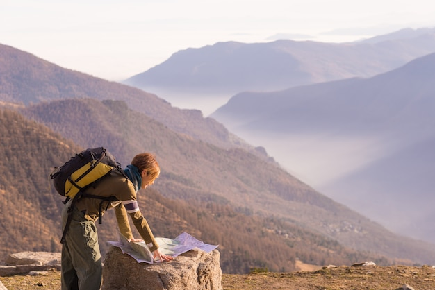 Donna che legge la mappa trekking Foto Premium