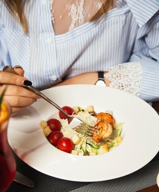 Donna che mangia insalate di papaya con pomodori - frutti di mare con gamberi freschi, cardi con salsa piccante - Foto Gratuite