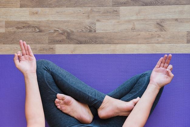 Donna che medita a casa Foto Gratuite