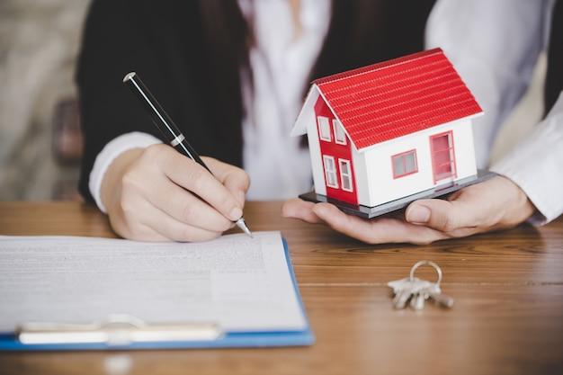 Donna che mette firma sul contratto di prestito del documento, immobiliare Foto Premium