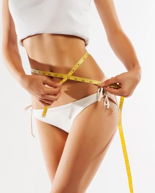 Donna che misura la sua vita. perfect slim body Foto Premium