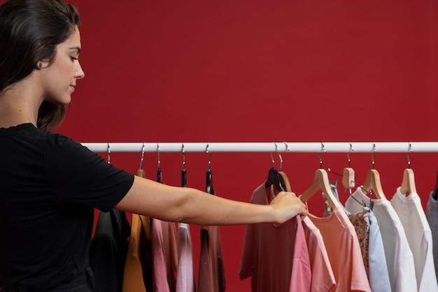Donna che osserva attraverso le magliette Foto Gratuite