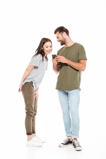 Donna che osserva in smartphone dell'uomo Foto Gratuite