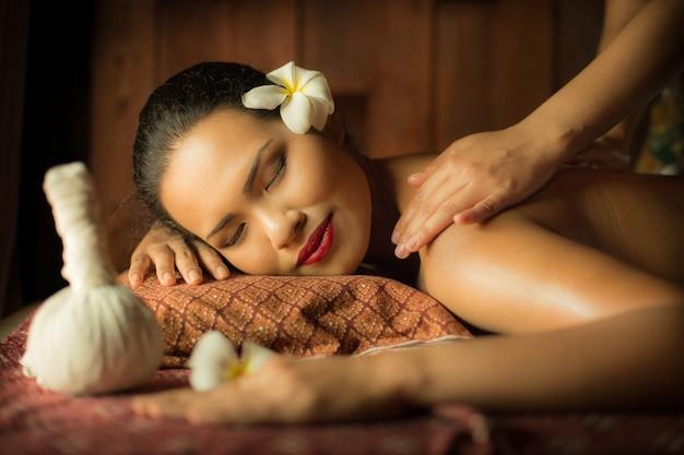 Donna che ottiene un massaggio da un'altra persona Foto Gratuite