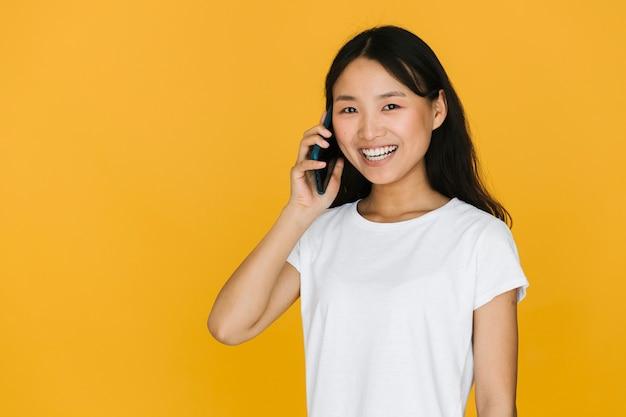 Donna che parla al telefono con lo spazio della copia Foto Gratuite