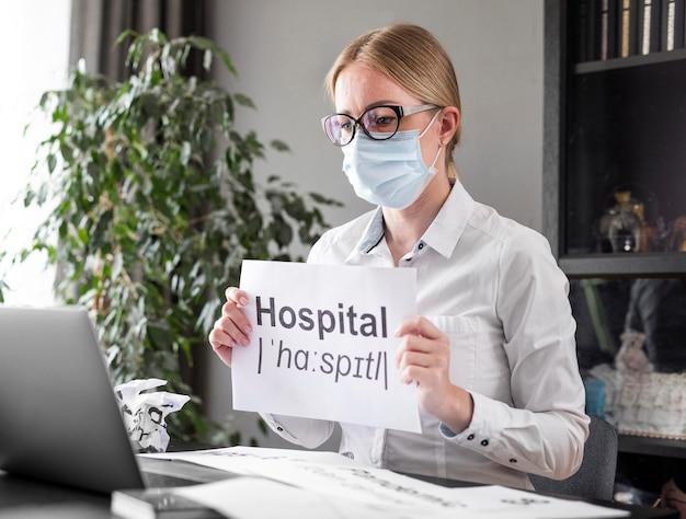 Donna che parla dell'ospedale con i suoi studenti Foto Gratuite
