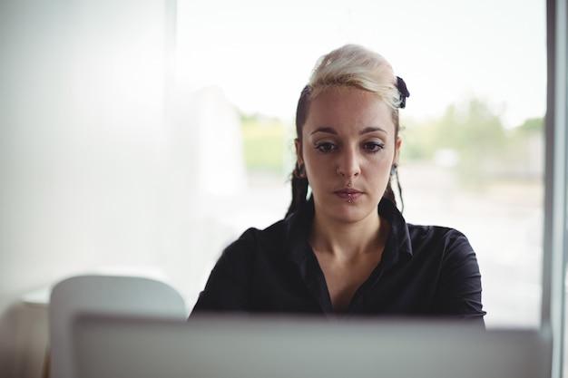 Donna che per mezzo del computer portatile Foto Gratuite