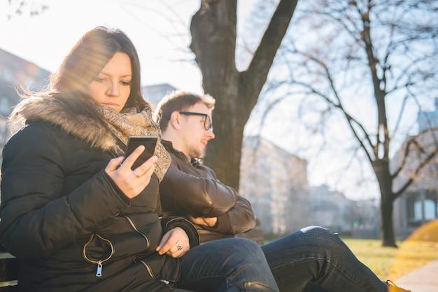 Donna che per mezzo dello smart phone Foto Premium