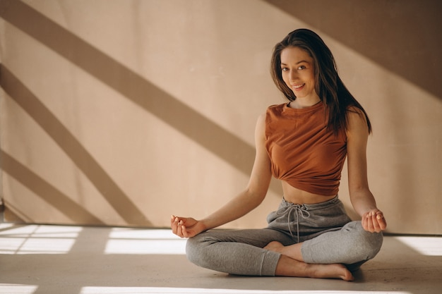 Donna che pratica yoga Foto Gratuite