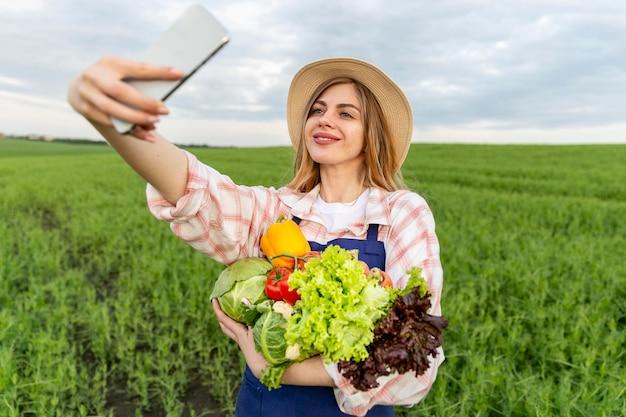 Donna che prende selfie con le verdure Foto Gratuite