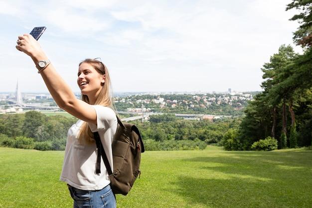 Donna che prende un selfie con se stessa Foto Gratuite