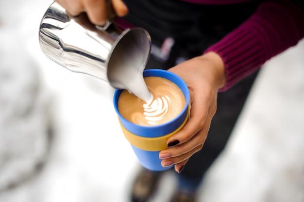 Donna che produce caffè latte art in caffetteria Foto Premium