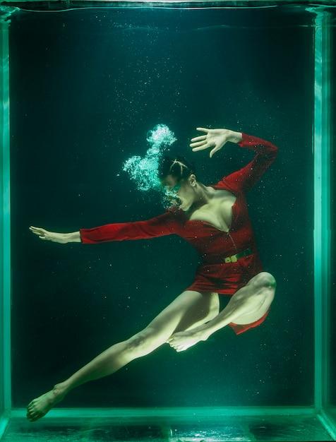 Donna che propone sotto l'acqua Foto Gratuite