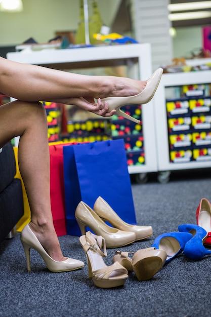 Donna che prova su scarpe diverse Foto Premium