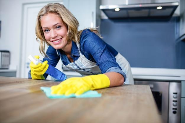 Donna che pulisce in cucina Foto Premium