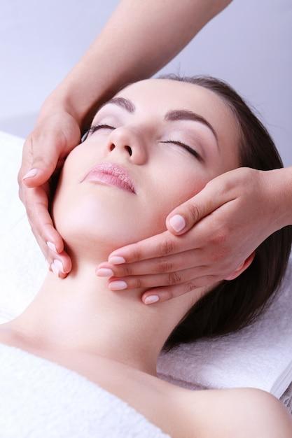 Donna che riceve massaggio su un centro benessere Foto Gratuite