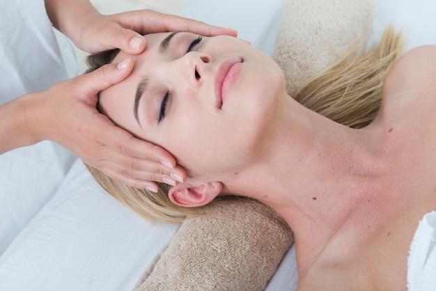 Donna che riceve un massaggio facciale in una spa Foto Gratuite