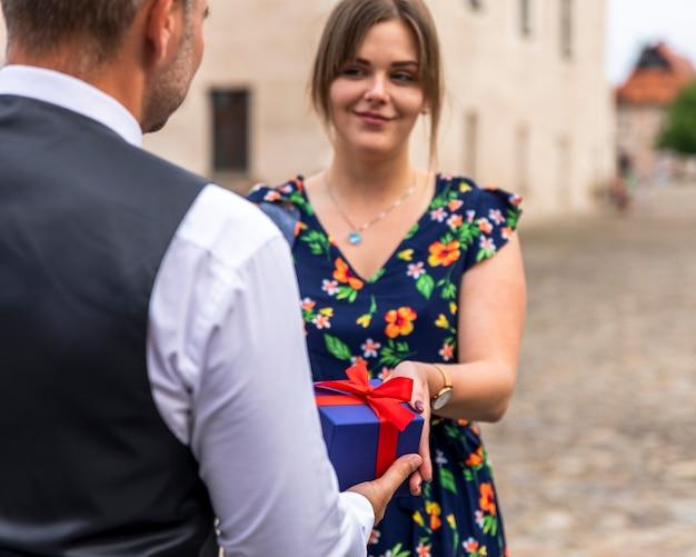 Donna che riceve un regalo dal suo amico Foto Gratuite