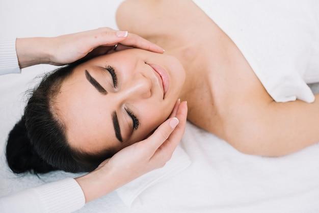 Donna che riceve un rilassante massaggio al viso Foto Gratuite
