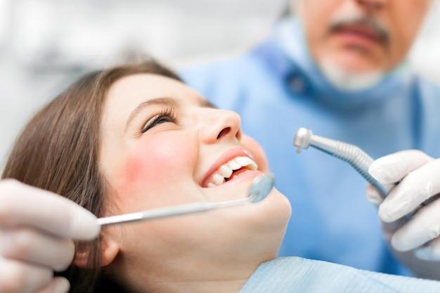Donna che riceve un trattamento odontoiatrico Foto Premium