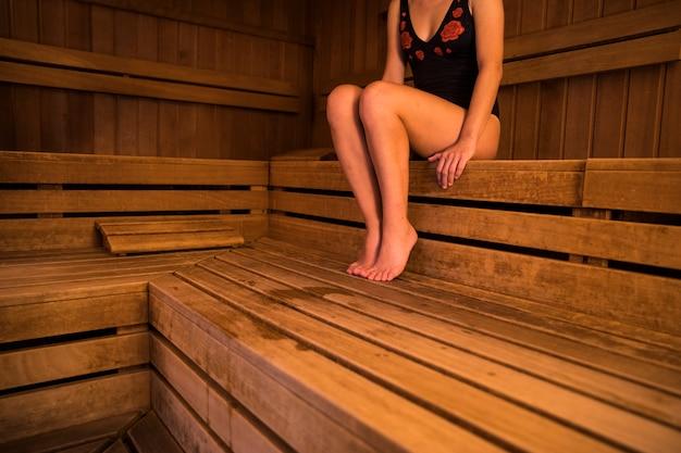 Donna che si rilassa nella sauna Foto Gratuite