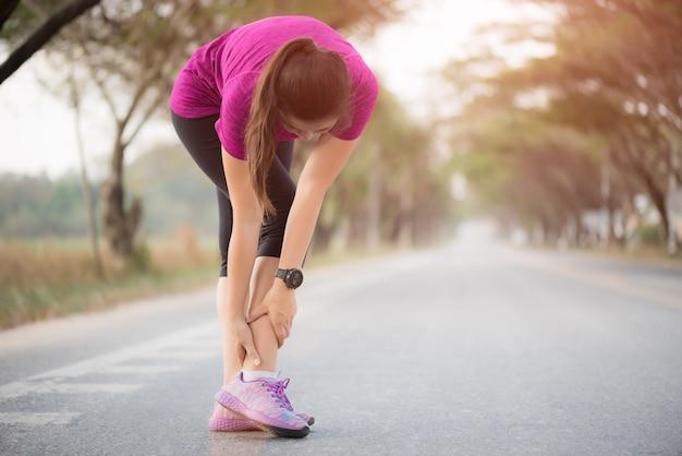 Donna che soffre di una lesione alla caviglia durante l'allenamento. Foto Premium