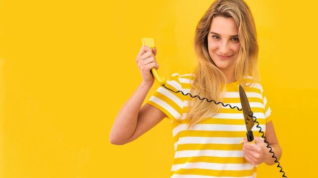Donna che taglia il filo del telefono Foto Gratuite